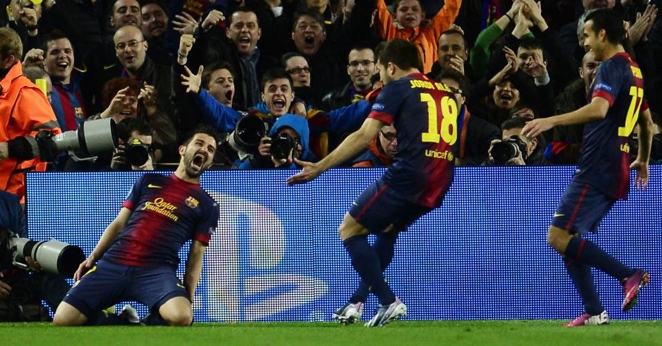 12.mar.2013 - Jogadores do Barcelona correm para abraçar David Villa após o terceiro gol contra o Milan