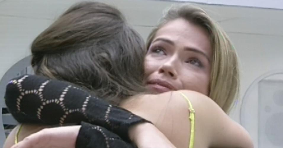 12.mar.2013 - Kamilla abraça Fani após ser eliminada do