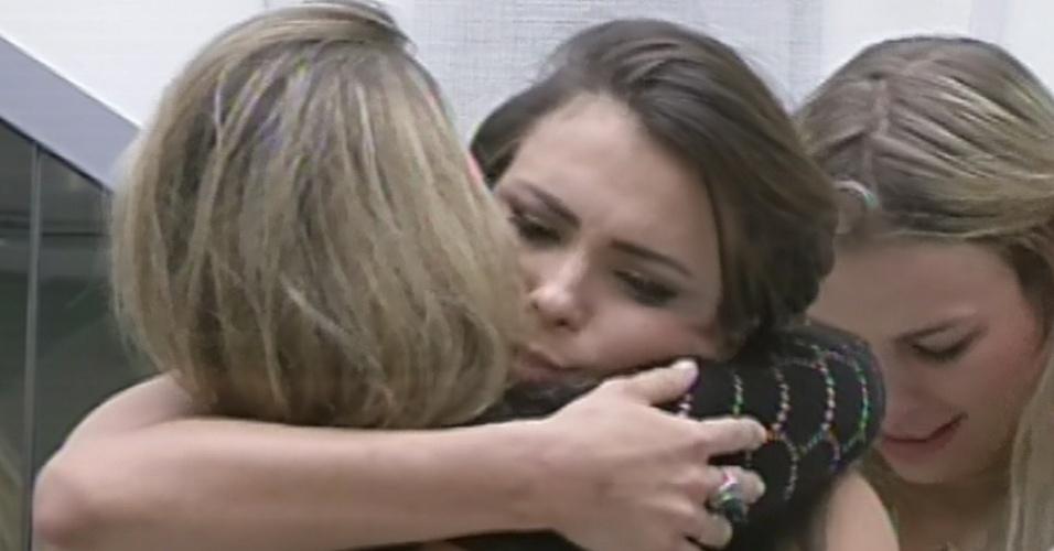 """12.mar.2013 - Kamilla abraça Fani após ser eliminada do """"BBB13"""" com 68% dos votos"""