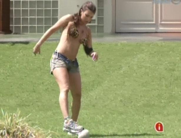 12.mar.2013 - Kamilla brinca com bola improvisada no gramado da casa do