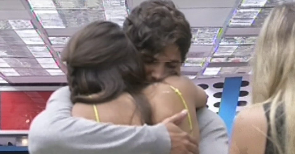 """12.mar.2013 - Kamilla dá abraço em André após ser eliminada do """"BBB13"""""""