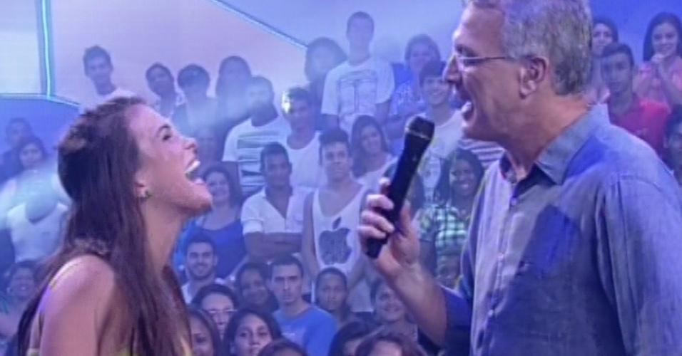 """12.mar.2013 - Kamilla é entrevistada por Pedro Bial e diz que agora quer conquistar o mundo: """"Eu quero o mundo Bial, a gente tem que sonhar alto. """""""