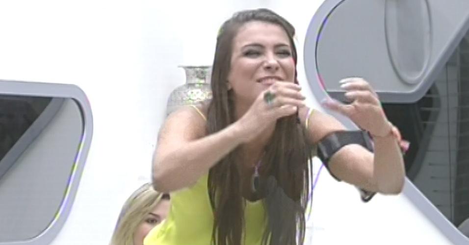 """12.mar.2013 - Kamilla fica empolgada ao ver a família na décima eliminação do """"BBB13"""""""