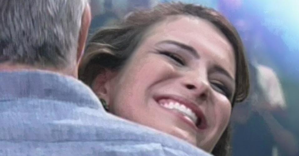"12.mar.2013 - Kamilla recebe abraço de Pedro Bial  após deixar a casa do ""BBB13"" com 68% dos votos"