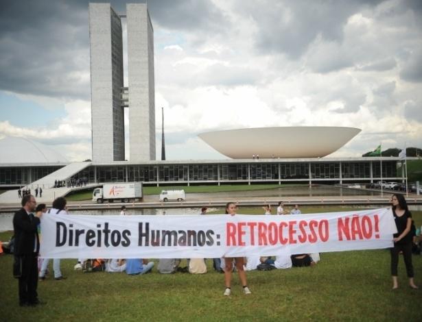 12.mar.2013 - Manifestantes protestam na entrada do Congresso, em Brasília, contra o pastor e deputado Marco Feliciano (PSC-SP), eleito presidente da Comissão de Direitos Humanos da Câmara e acusado de manifestações racistas e homofóbicas