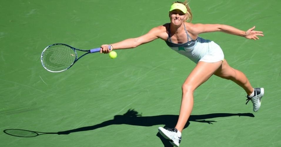 12.mar.2013 - Maria Sharapova se estica para alcançar a bolinha durante o confronto contra Lara Arruabarrena-Vecino