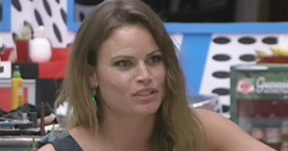 """12.mar.2013 - Natália diz a Bial que é difícil dormir no mesmo quarto que Nasser e Andressa: """"Ou eles estão na procissão da santinha ou falando. Tem que ter muito amor"""""""