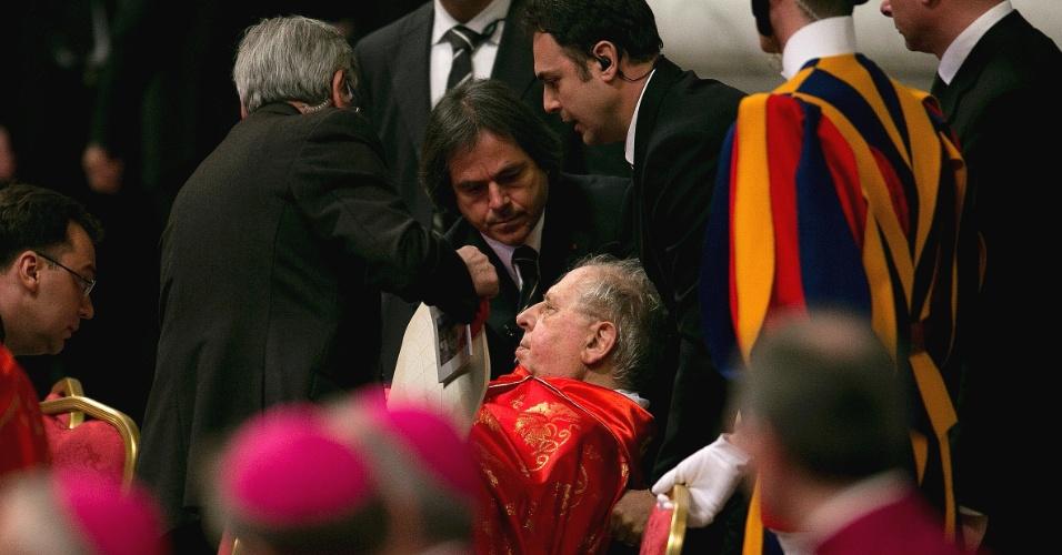 12.mar.2013 - O cardeal italiano Antonio Maria Veglio passou mal durante a missa