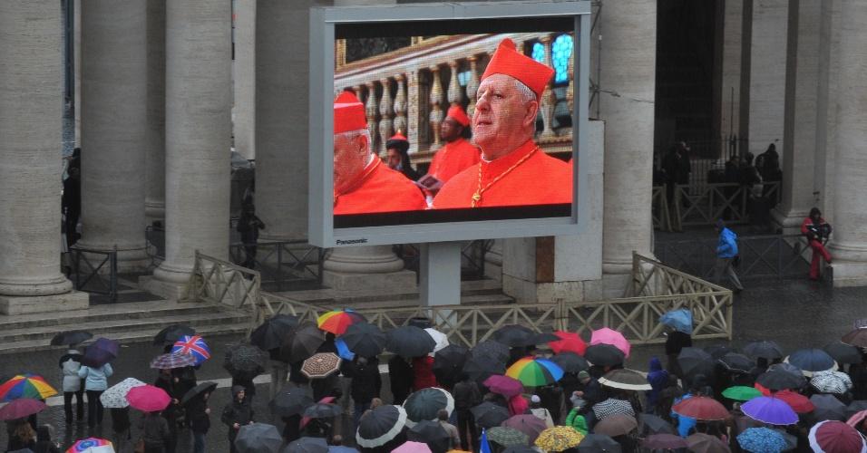 12.mar.2013 - Público assiste o início do conclave em telão na praça São Pedro, na tarde desta terça-feira, no Vaticano. Cento e quinze cardeais de diversos países estão reunidos na Capela Sistina para eleger o novo papa que irá suceder Bento 16, que renunciou ao cargo em 28 de fevereiro