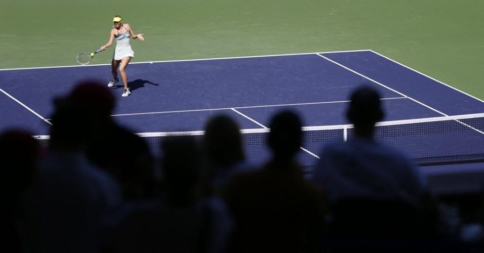 12.mar.2013 - Público observa lance da vitória de Maria Sharapova sobre a espanhola Lara Arruabarrena-Vecino
