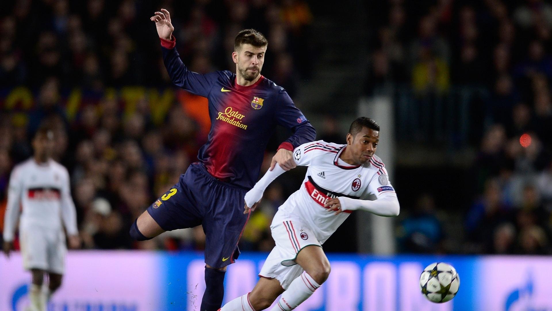 12.mar.2013 - Robinho tenta escapar da marcação de Piqué durante partida entre Milan e Barcelona