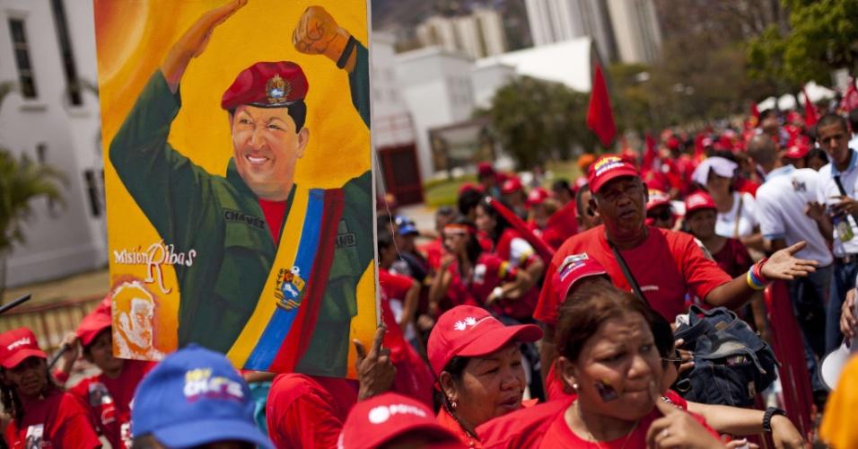12.mar.2013 - Simpatizantes do ex-presidente da Venezuela, Hugo Chávez, ainda enfrentam longas filas para se despedir do líder, morto em 5 de março de 2013, vítima de câncer. Seu corpo está sendo velado na Academia Militar de Caracas desde então