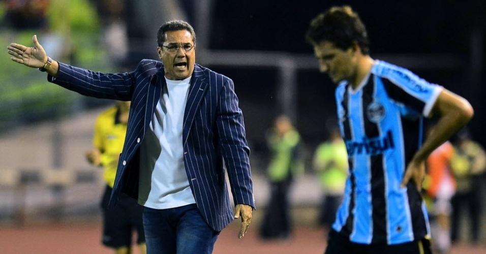 12.mar.2013 - Vanderlei Luxemburgo, técnico do Grêmio, grita com Elano, meia da equipe, durante o jogo com o Caracas