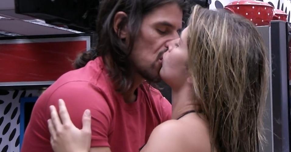9.mar.2013 - Miguel e Fani se beijam na cozinha do