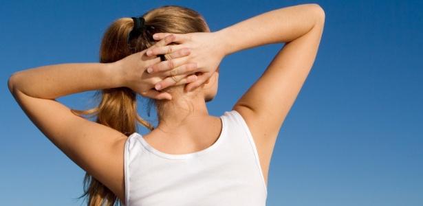 Mulheres tendem a acumular mais gordura na região dos braços e, muitas vezes, apenas exercícios físicos e dieta equilibrada não são suficientes para manter os membros torneados - Thinkstock