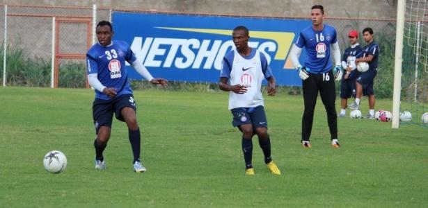Obina (à esq.) participa de coletivo do Bahia entre titulares e reservas