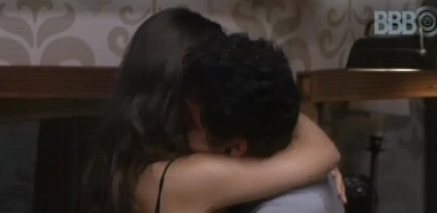 11.mar.2013 - Andressa e Nasser se abraçam após discussão.