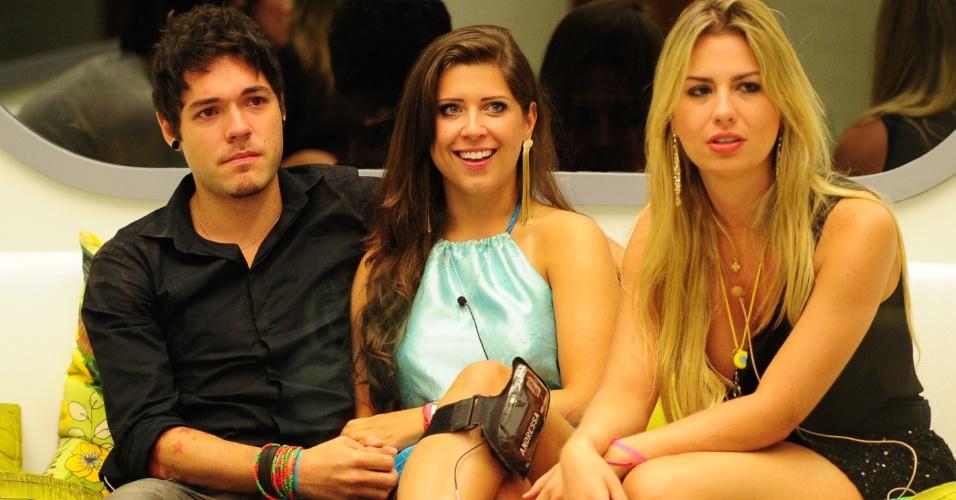 """12.mar.2013 - Emparedados, Nasser e Andressa aguardam a décima eliminação do """"BBB13"""" ao lado da líder Fernanda"""