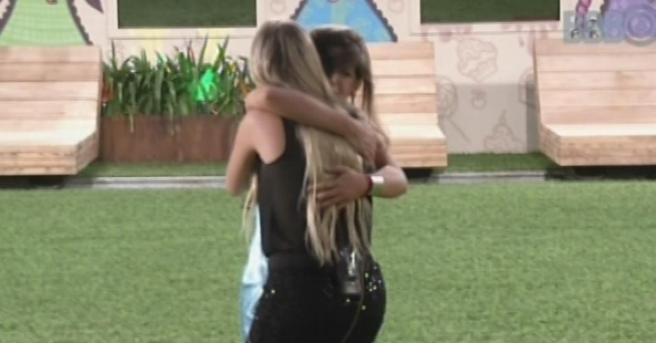 12.mar.2013 - Fernanda chora e cai no chão ao abraçar Andressa e a parabenizar por ficar no programa. Ela pede desculpas a paranaense por estar triste.