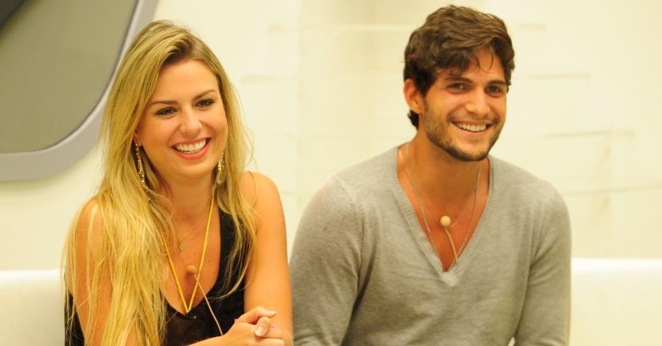 """12.mar.2013 - Fernanda e André sorriem em noite de eliminação no """"BBB13"""""""