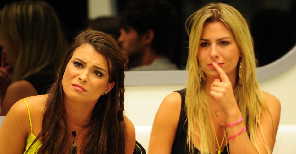 12.mar.2013 - Kamilla e Fernanda ouvem discurso de Pedro Bial antes da eliminação