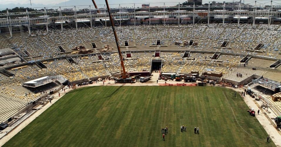 13.03.2013 - Gramado é colocado no novo estádio do Maracanã