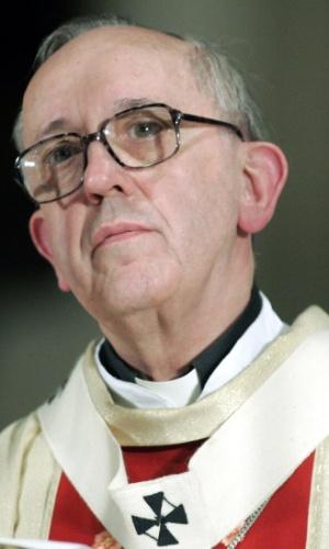 13.mar.2013 - O então arcebispo de Buenos Aires, Jorge Bergoglio, celebra missa na Catedral da capital do país