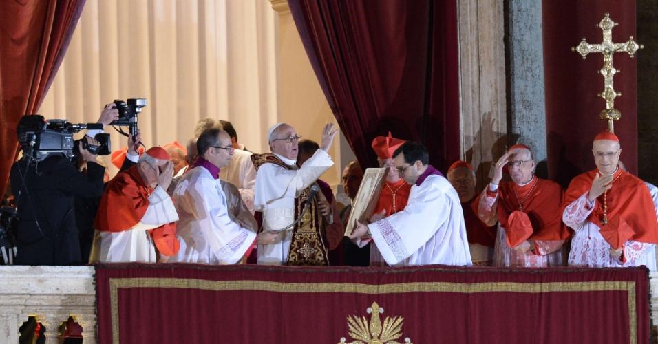 13.mar.2013 -  Jorge Mario Bergoglio (centro), escolhido como o novo papa da Igreja Católica, aparece na sacada da Basílica de São Pedro, no Vaticano