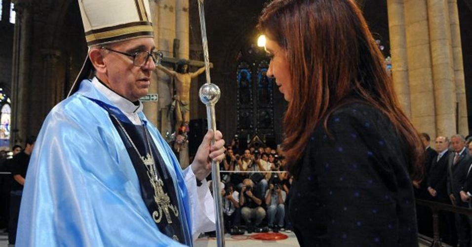 13.mar.2013 - Foto de arquivo mostra a presidente da Argentina, Cristina Kirchner, cumprimentando o então cardeal daquele país, Jorge Mario Bergoglio