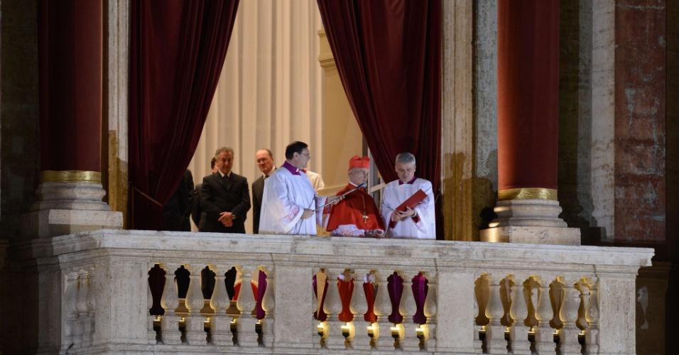 13.mar.2012 - Cardeal francês Jean-Louis Tauran (ao centro) anuncia o nome do novo papa, o cardeal argentino Jorge Mario Bergolio, na sacada da basílica de São Pedro, no Vaticano