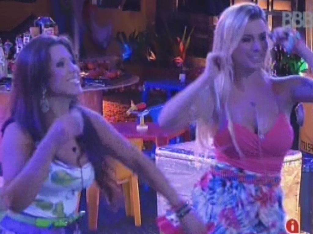13.mar.2013 - Andressa e Fernanda dançam durante show do Sorriso Maroto