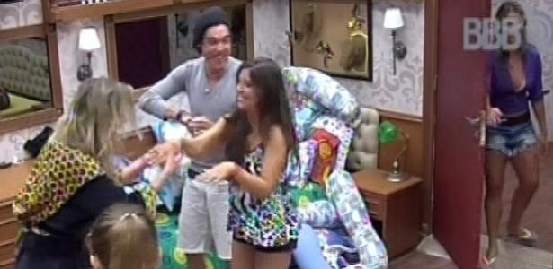 13.mar.2013 - Andressa mostra anel que ganhou de Nasser por dois meses de relacionamento na casa