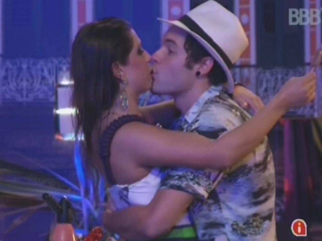 13.mar.2013 - Nasser e Andressa trocam beijos durante a festa Malandra