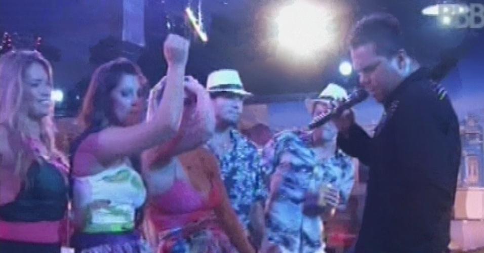 """13.mar.2013 - Bruno, vocalista do Sorriso Maroto, chama brothers para dançarem ao som de """"É Nois Fazer Parapapá"""""""