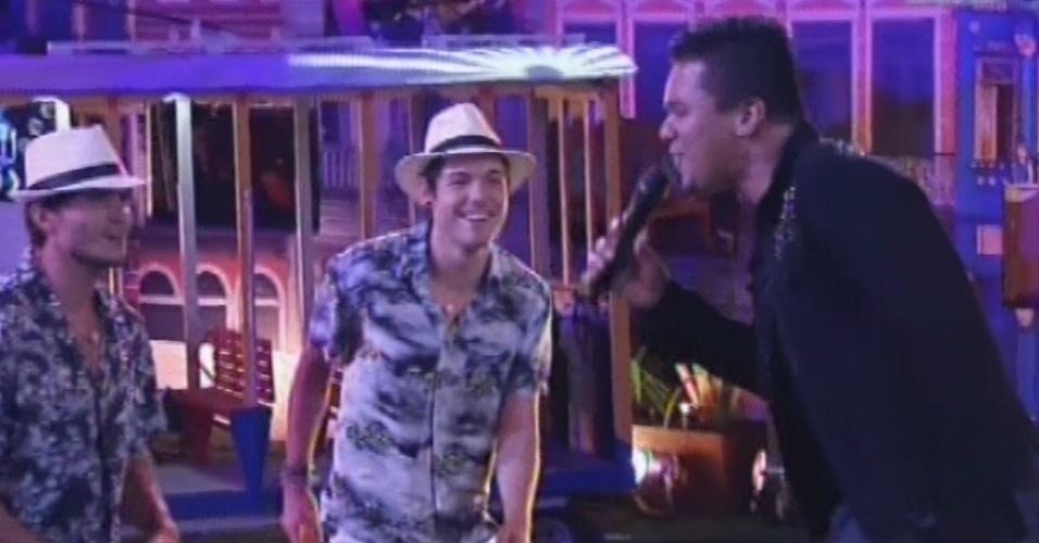 """13.mar.2013 - Bruno, vocalista do Sorriso Maroto, desce do palco para cantar """"É Nois Fazer Parapapá"""""""