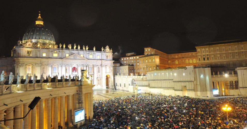 13.mar.2013 - Centenas de fiéis se aglomeram na praça São Pedro, no Vaticano, para celebrar a fumaça branca que saiu da chaminé da Capela Sistina, no Vaticano, o que indica que o novo papa foi escolhido