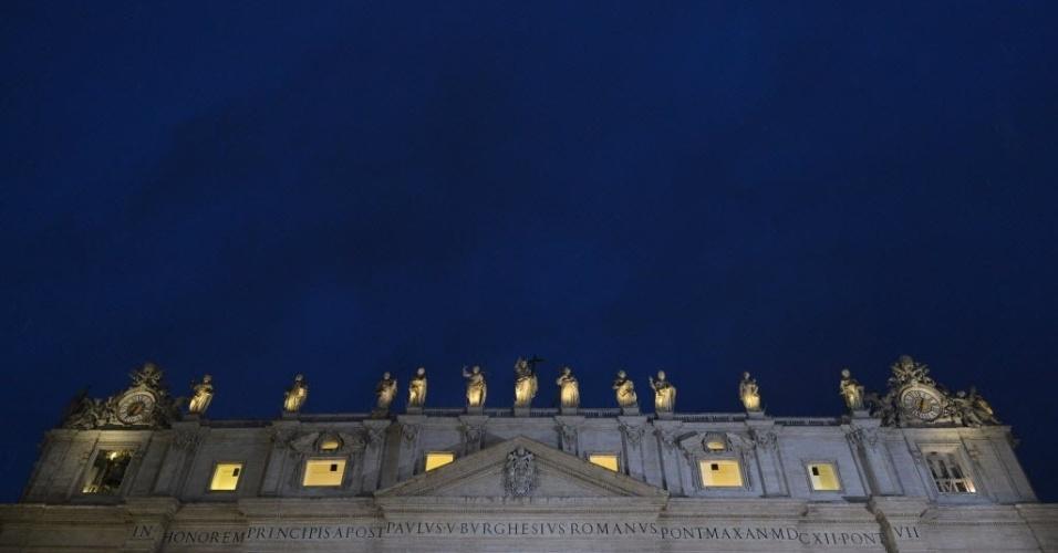 13.mar.2013 - Detalhe mostra estátuas da basílica de São Pedro, no Vaticano, na noite desta quarta-feira (13), segundo dia do conclave