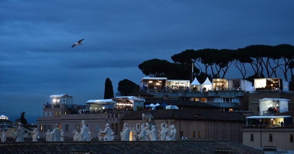 13.mar.2013 - Emissoras de televisão do mundo todo constroem tendas próximo à basílica de São Pedro, no Vaticano, durante o conclave