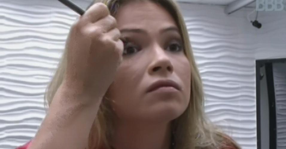 13.mar.2013 - Fani se maquia antes da festa desta quarta-feira, que terá show do Sorriso Maroto