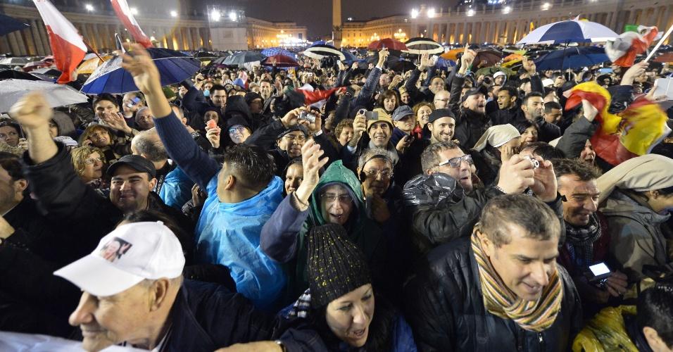 13.mar.2013 - Fiéis celebram a fumaça branca que saiu da chaminé da Capela Sistina, no Vaticano, o que indica que o novo papa foi escolhido