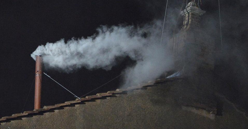 13.mar.2013 - Fumaça branca é expelida da chaminé da Capela Sistina, no Vaticano, o que indica que os cardeais escolheram o novo papa