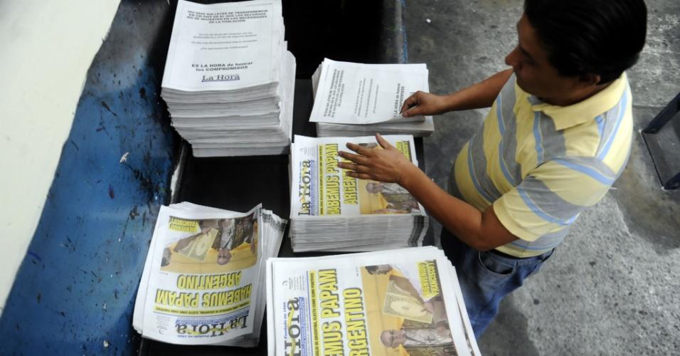 13.mar.2013 - Funcionário do jornal da Guatemala