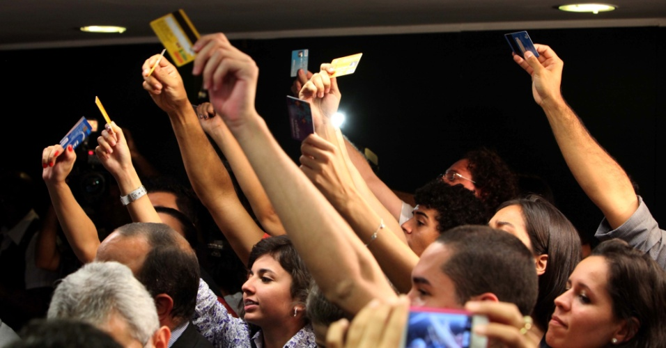 13.mar.2013 - Manifestantes protestam na primeira reunião da Comissão de Direitos Humanos da Câmara presidida pelo pastor Marco Feliciano (PSC-SP). Feliciano é acusado pelos manifestantes de adotar posturas racistas e homofóbicas