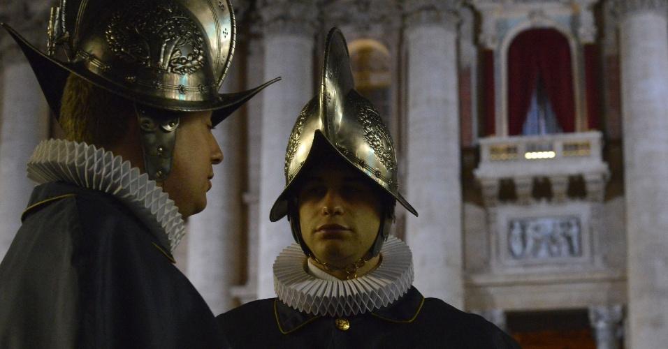 13.mar.2013 - Membros da guarda suíça se posicionam próximo da janela de onde será anunciado o novo papa na praça São Pedro, no Vaticano
