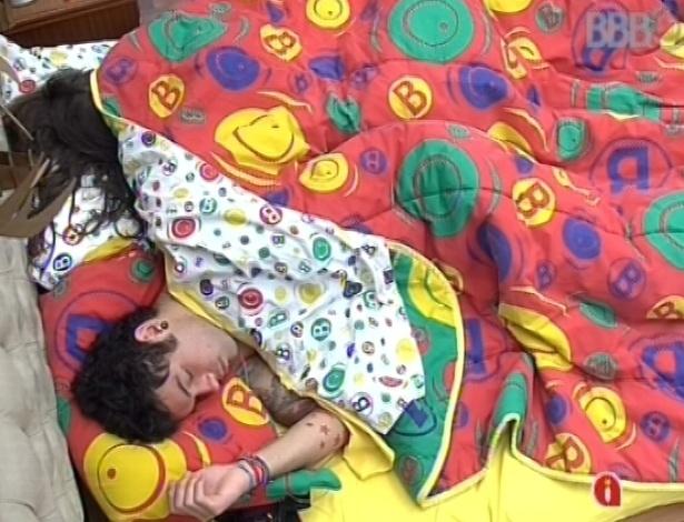 13.mar.2013 - Nasser e Andressa continuam na cama na manhã desta quarta após noite de eliminação