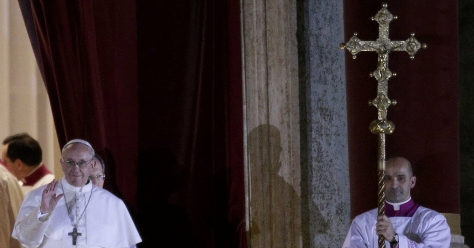 13.mar.2013 - O argentino Jorge Mario Bergoglio, eleito novo papa no segundo dia do conclave, acena para fiéis na praça São Pedro, no Vaticano, na noite desta quarta-feira (13). O primeiro latino-americano a assumir a liderança da Igreja Católica adotou o nome Francisco 1º