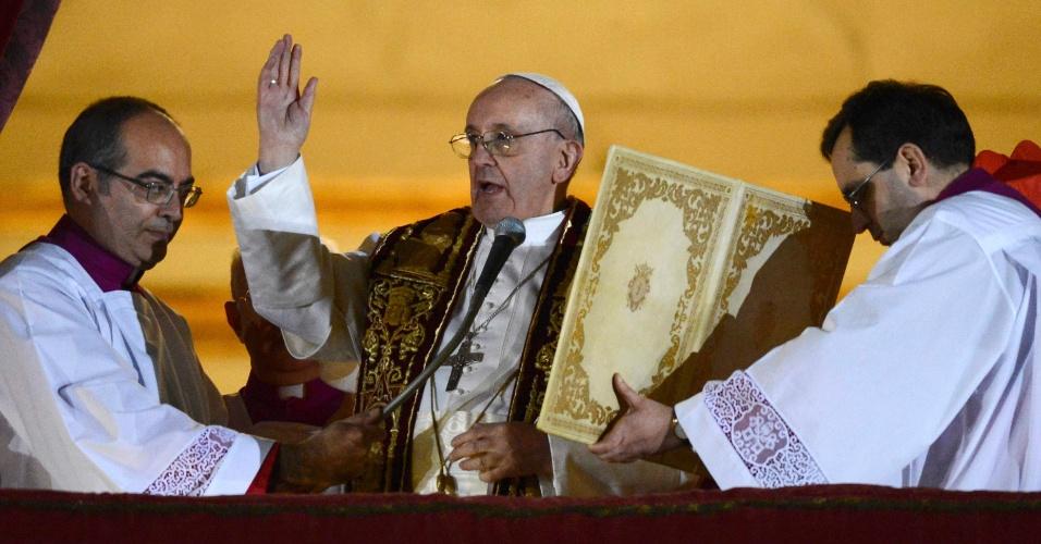 13.mar.2013 - O cardeal argentino Jorge Mario Bergoglio, nomeado papa Francisco 1º, faz oração da sacada da basílica de São Pedro, no Vaticano, para a multidão de fiéis que se aglomeram na praça São Pedro