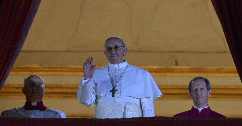 13.mar.2013 - O cardeal argentino Jorge Mario Bergolio aparece na sacada da basílica de São Pedro, no Vaticano, como o novo papa da Igreja Católica, e acena para a multidão aglomerada na praça São Pedro