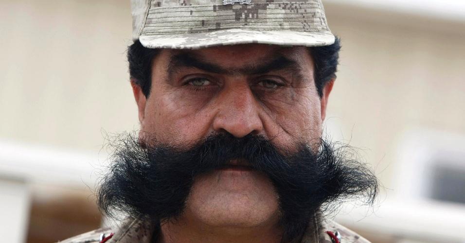 13.mar.2013 - Policial chama a atenção com bigode volumoso durante cerimônia de graduação de agentes em Jalalabad (Afeganistão)