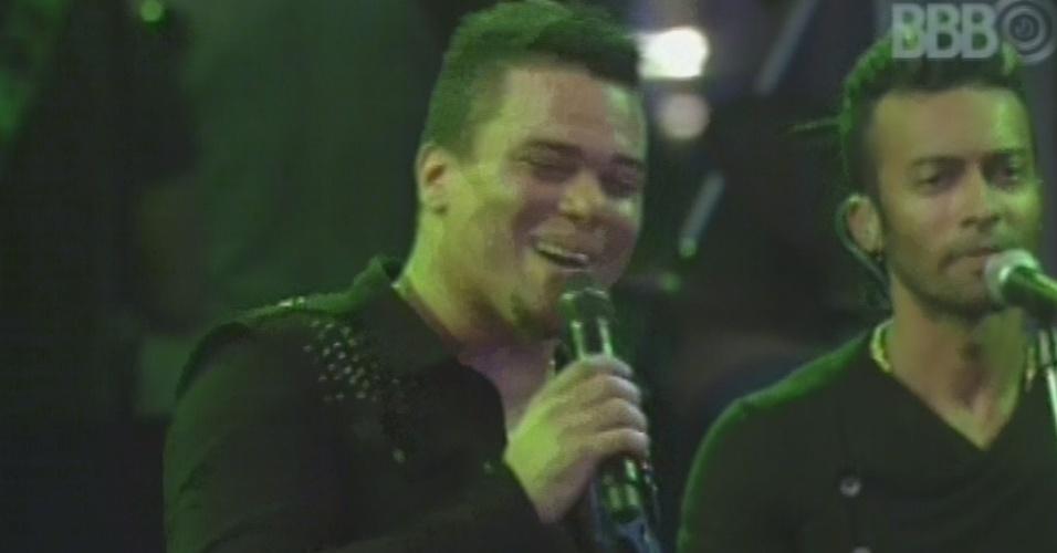 """13.mar.2013 - Sorriso Maroto encerra show no """"BBB13"""" com bis de """"Assim Você Mata o Papai"""""""